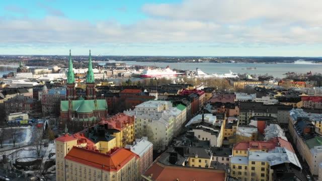 helsingfors, finland. flygvy över staden, johannes kyrkan och kryssnings fartyg i hamnen - drone helsinki bildbanksvideor och videomaterial från bakom kulisserna