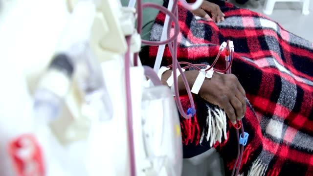 vídeos de stock, filmes e b-roll de hemodiálise em pessoas no equipamento - diálise