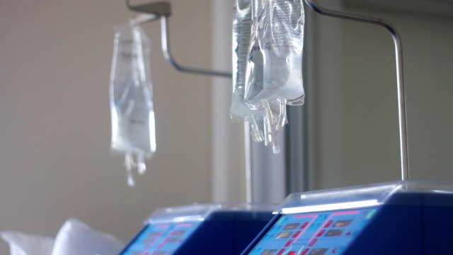 vídeos de stock, filmes e b-roll de máquinas hemodialysis em diálise clinic - diálise