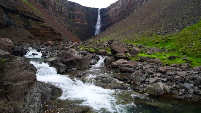 vídeos de stock, filmes e b-roll de cachoeira de hengifoss, islândia - erodido