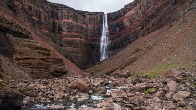 vídeos y material grabado en eventos de stock de catarata de hengifoss en islandia - basalto