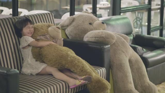vídeos de stock e filmes b-roll de her best friends - teddy bear