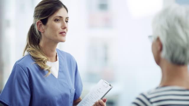 onun bakımı, hastanın gülümsemesini bırakacak. - tıbbi klinik stok videoları ve detay görüntü çekimi
