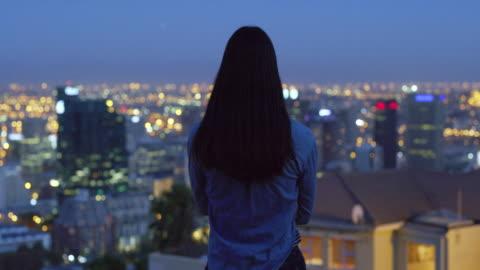 il suo cuore brucia per le luci della città - guardare in una direzione video stock e b–roll