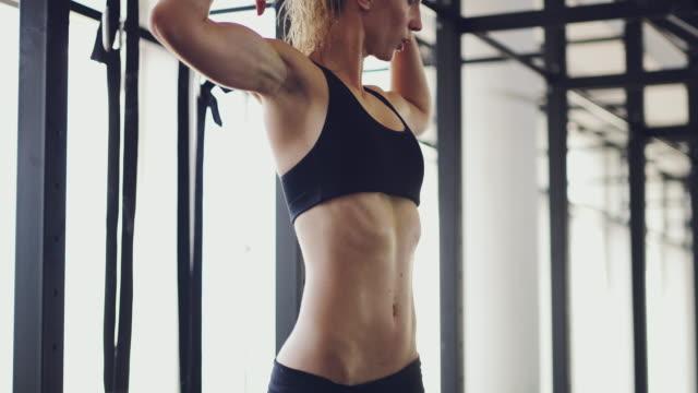 her progress is evident to all - napinać mięśnie filmów i materiałów b-roll