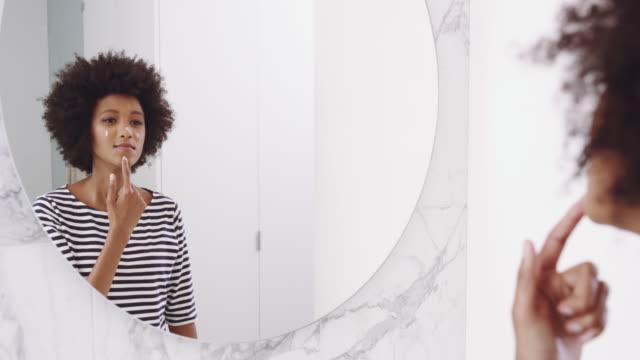 stockvideo's en b-roll-footage met haar huid regime helpt haar huid blijven schoon - skincare