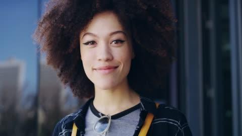 vidéos et rushes de son sourire dit tout - jeunes femmes