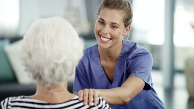 vídeos de stock e filmes b-roll de here to care for you - enfermeira