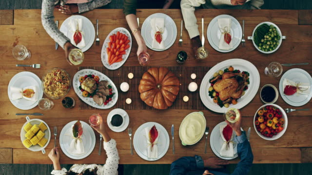 here's to good food and good friends - cena di natale video stock e b–roll