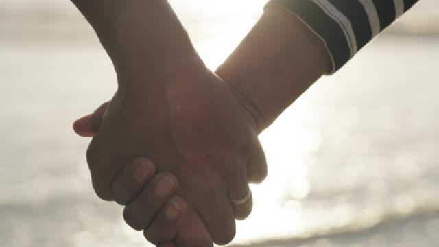 här är till vårt lyckliga - hålla handen bildbanksvideor och videomaterial från bakom kulisserna