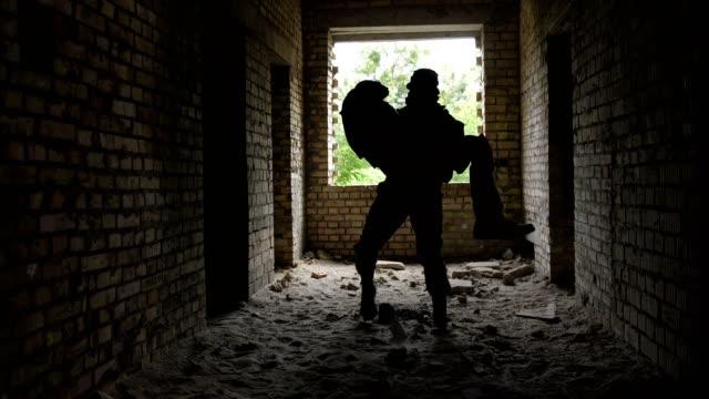 soldato eroico evacua il fratello caduto in armi - cadavere video stock e b–roll