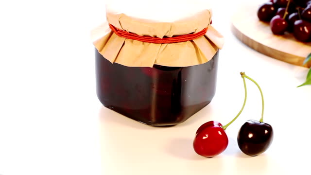 vidéos et rushes de сherry pot de confiture de cerise et des vendanges - pots de bureau