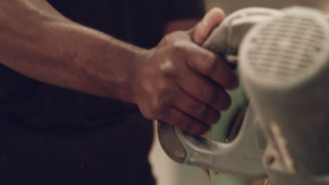 er ist ein sehr geschickter handwerker - kreissäge stock-videos und b-roll-filmmaterial