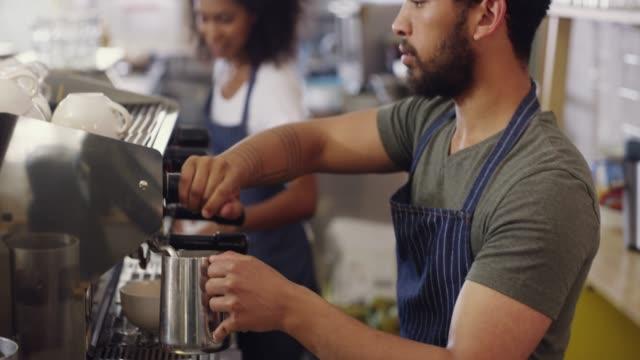 er ist ein künstler hinter der kaffeemaschine - barista stock-videos und b-roll-filmmaterial