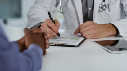 vídeos de stock e filmes b-roll de he's carefully explaining the diagnosis - doutor