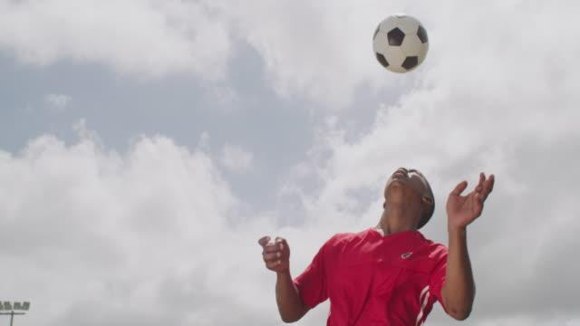 彼は自分のやりが得意だ - サッカークラブ点の映像素材/bロール