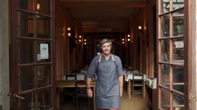 stockvideo's en b-roll-footage met hij is een trotse ondernemer - bakery