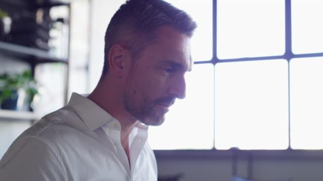 he's what successful entrepreneurs are made of - surfować po internecie filmów i materiałów b-roll