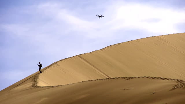 hexacopter sopra le dune - geografia fisica video stock e b–roll
