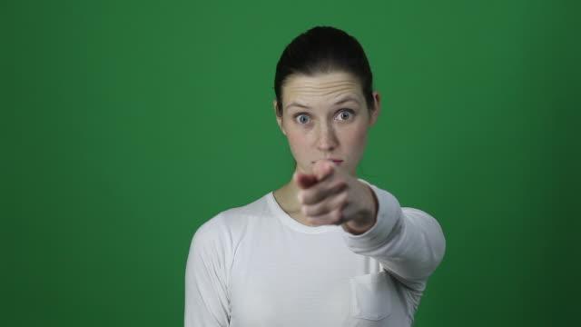 ねえ君!カメラに指を指して、あなた若い女性 choising - 指差す 女性点の映像素材/bロール