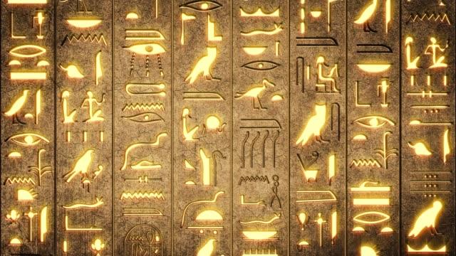 hieroglyfer på forntida egyptisk stencarving bakgrund - pyramidform bildbanksvideor och videomaterial från bakom kulisserna