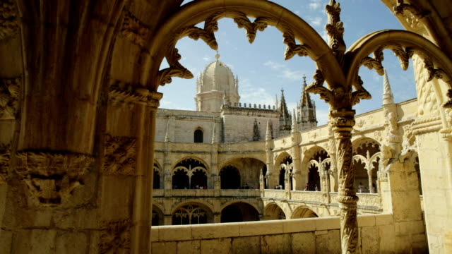 vídeos de stock e filmes b-roll de hieronymites monastery courtyard - lisboa