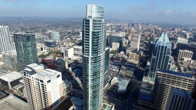 vídeos de stock, filmes e b-roll de alta acima de austin texas olhando austonian e frost bank tower urbana paisagem urbana da capital de texas - capitais internacionais