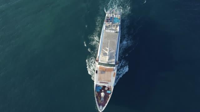 in alto sopra la vista dall'alto di grande nave da crociera in mare aperto isolato - crociera video stock e b–roll