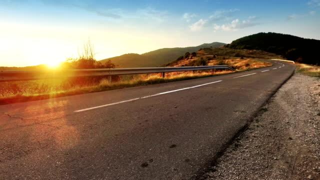 Route de montagne des Alpes haute altititude et coucher de soleil mettant background - Vidéo