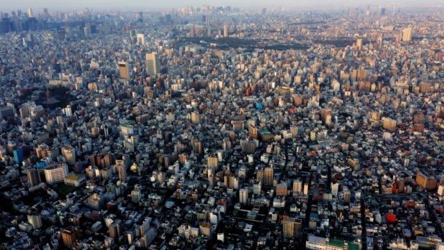 朝の東京市日本の高高度空中パノラマビュー。アジア都市旅行または高密度人口面積の概念。 - 地域点の映像素材/bロール