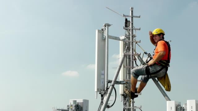 high altitude works - antenn telekommunikationsutrustning bildbanksvideor och videomaterial från bakom kulisserna