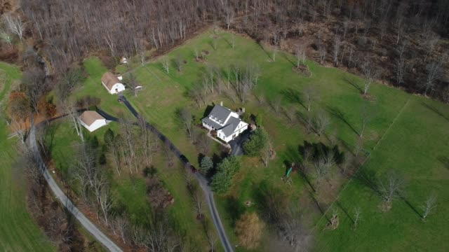 High Angle Flyover Typical Pennsylvania Farmhouse A high angle aerial flyover of a typical Western Pennsylvania farmhouse in the late Autumn. dormir stock videos & royalty-free footage