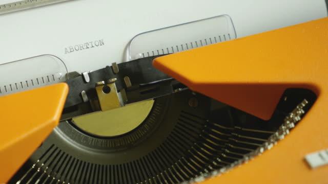 Hohen Winkel Aufnahmen von einer Person schreiben Abtreibung auf einer alten Schreibmaschine, mit sound – Video