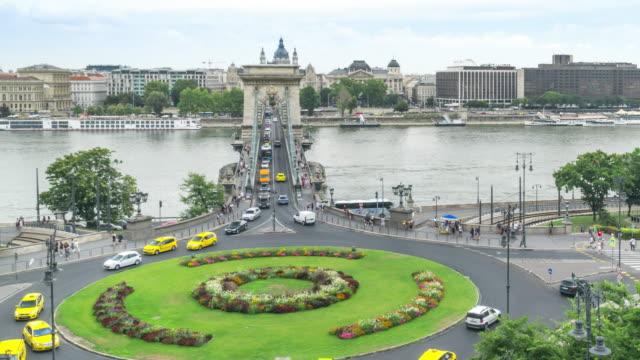 vidéos et rushes de vue avant à angle élevé tl: embouteillages sur le pont de la chaîne szechenyi et la basilique saint-étienne à budapest, hongrie en week-end - rond point