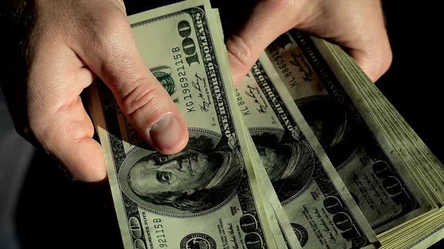 vídeos de stock e filmes b-roll de high angle male hands count hundred dollar bills - corruption