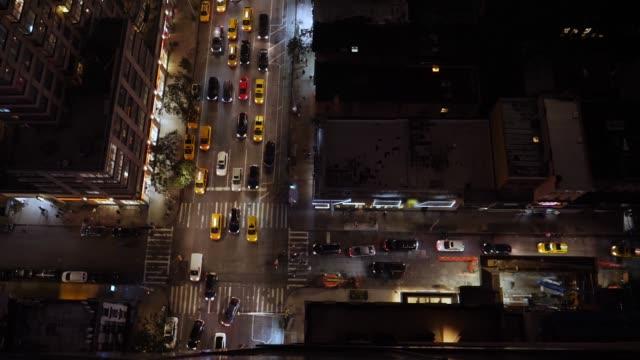 vídeos y material grabado en eventos de stock de vista de noche de alto ángulo de intersección de manhattan típica - señalización vial