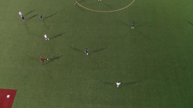 vídeos de stock, filmes e b-roll de vista de alto ângulo de um time de futebol, passando a bola para o campo - game