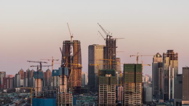 t/l ハ日没で建設現場の高角度のビュー/北京、中国 - クレーン点の映像素材/bロール