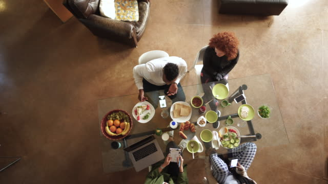 vídeos de stock, filmes e b-roll de vista do ângulo elevado dos flatmates que têm o pequeno almoço - vegetarian meal