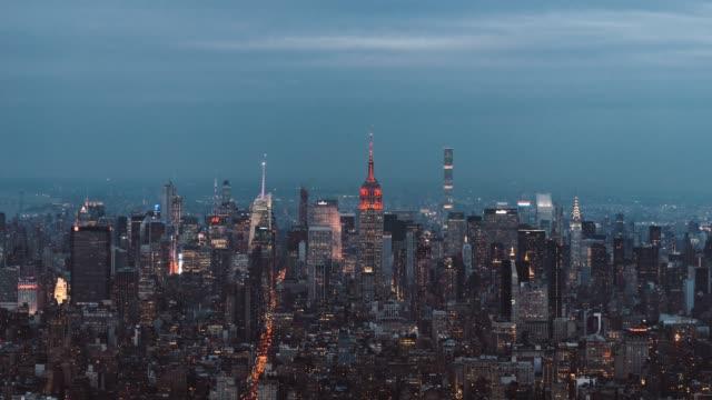 t/l zi high angle view skyline von manhattan, dämmerung, nacht-übergang - wahrzeichen stock-videos und b-roll-filmmaterial