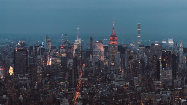 從黃昏到黑夜, 曼哈頓天際線的高角度視圖 - 高清電視 影像的技術 個影片檔及 b 捲影像
