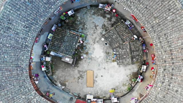 fujian tulou'nun yüksek açı görünümü (hakka roundhouse) - unesco stok videoları ve detay görüntü çekimi
