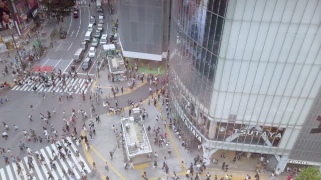 stockvideo's en b-roll-footage met 4k hoge hoek weergave. shibuya crossing in tokio, japan - stadsweg