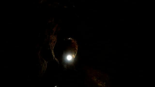 Hoher Höhlenbogen, beleuchtet von einer Lampe – Video