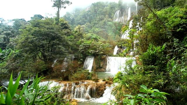 alta theelorsu ciiff cascata nella foresta profonda - attività equestre ricreativa video stock e b–roll