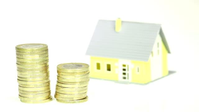 costi elevati per la costruzione di una casa - valuta dell'unione europea video stock e b–roll