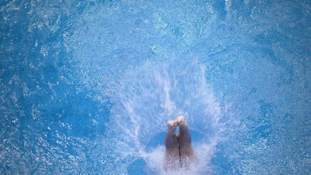 высокий diver прыжки в воду - прыжки в воду стоковые видео и кадры b-roll