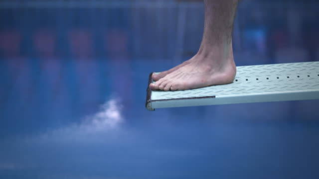 hohe diver springen in das wasser - wettkampf stock-videos und b-roll-filmmaterial