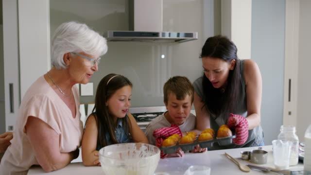 vídeos de stock e filmes b-roll de high five on a baking job well done! - cooker happy