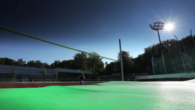 stockvideo's en b-roll-footage met high jump athlete - minder dan 10 seconden